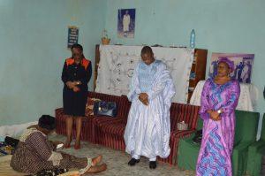 Une vue de la séance de prière dite par les mutualistes de la MUNDI au domicile de feu AOUDI David (assise : veuve AOUDI et en blanc debout : le PCA de la MUNDI.