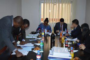 Cérémonie de signature du contrat entre la MUNDI (au centre à gauche : Mme NKOM NDUM Dorothy AGBOR, Directeur Exécutif) et la CMEC (au centre à droite : M. Eric CUI, Directeur Général)