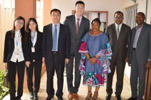 Photo de famille après la signature du contrat de construction du club multifonctionnel de NTOUN entre le Directeur Exécutif de la MUNDI et le Directeur Général de la CMEC.