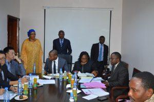 Les principaux responsables de la MUNDI en séance de travail avec les représentants des structures partenaires à la réalisation des travaux.